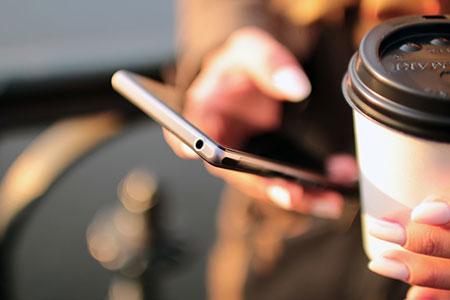 hand-coffee-smartphone